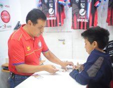 Un pequeño aficionado chivo adquiere su entrada para el partido de esta noche. (Foto Prensa Libre: Edwin Fajardo)