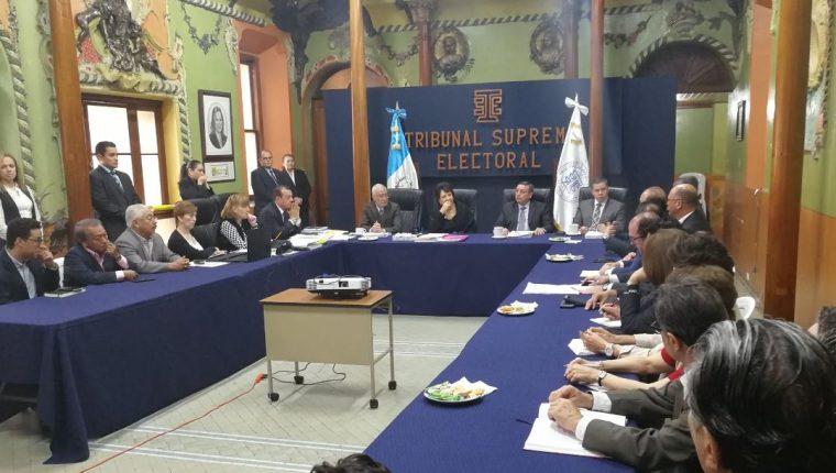 Representantes del Foro Guatemala en reunión con magistrados del TSE para coordinar campaña de divulgación sobre consulta popular del diferendo territorial con Belice. (Foto Prensa Libre: Urías Gamarro)
