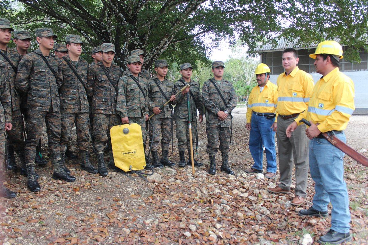 Efectivos del Ejército reciben preparación para responder ante incendios forestales en Petén. (Foto Prensa Libre: Rigoberto Escobar)