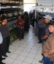 Familiares de María Ramona Chojolán Yac esperaban ayer el cuerpo de su pariente, en una funeraria de Xelajú. (Foto Prensa Libre: Carlos Ventura)