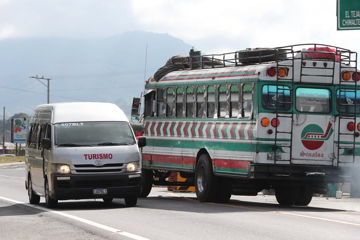 Un bus extraurbano circula contra la vía en el kilómetro 50 de la ruta Interamericana, en El Tejar, Chimaltenango. (Foto Prensa Libre: César Pérez Marroquín)