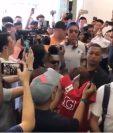 Cristiano Ronaldo es recibido por los periodistas de Singapur. (Foto Prensa Libre: Youtube)