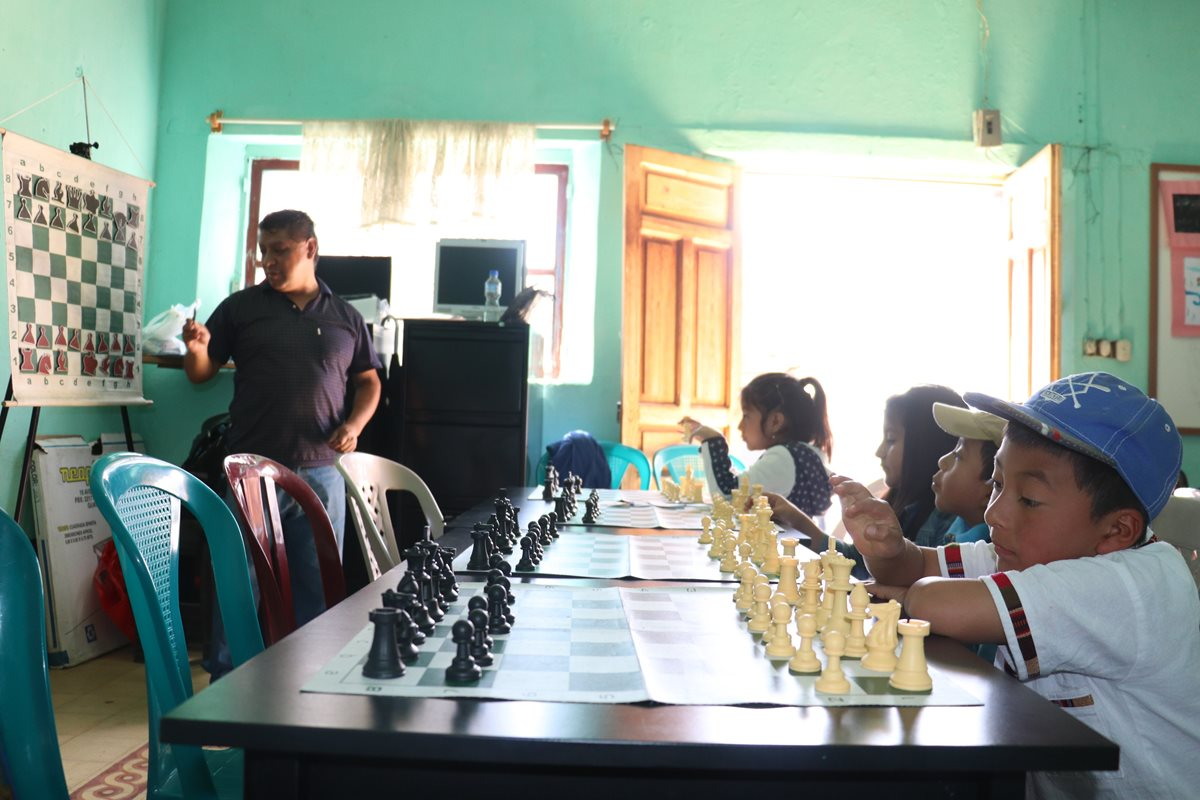 Las clases de ajedrez buscan impulsar la práctica de este deporte en niños y jóvenes de Cantel, Quetzaltenango. (Foto Prensa Libre: Raúl Juárez)