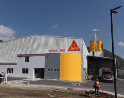 La planta de capital suizo producirá 3 líneas de productos para el sector construcción. Está ubicada en el Parque Industrial Michatoya, en Palín, Escuintla. (Foto Prensa Libre: Carlos Hernández).
