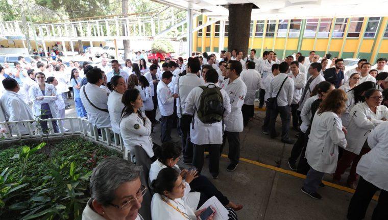 Médicos del Hospital Roosevelt anunciaron que solo atenderán en el área de emergencia. (Foto Prensa Libre: Estuardo Paredes)