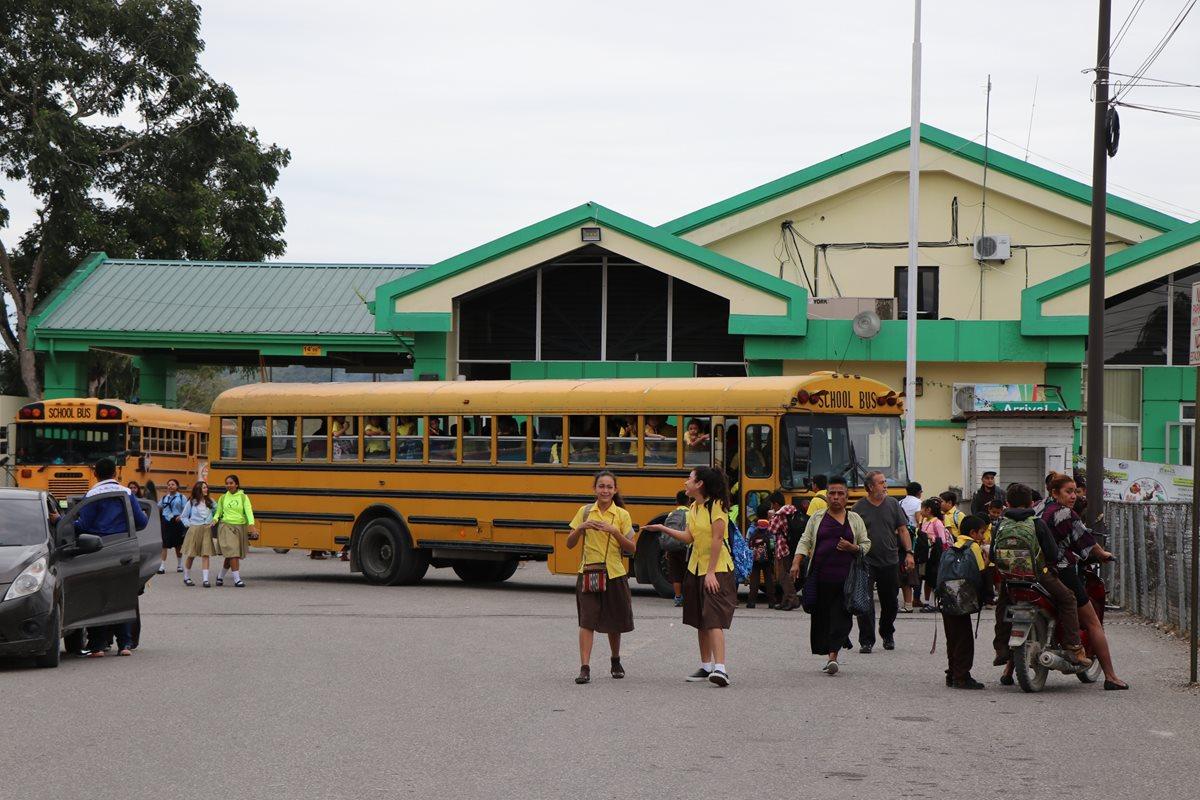 Viajan 200 km diarios para estudiar en Belice con el fin de aprender inglés
