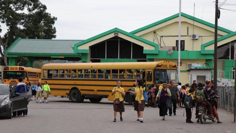 Estudiantes de Petén viajan cinco días a la semana a Belice, con el fin de aprender el idioma de aquel país. (Foto Prensa Libre: Rigoberto Escobar).