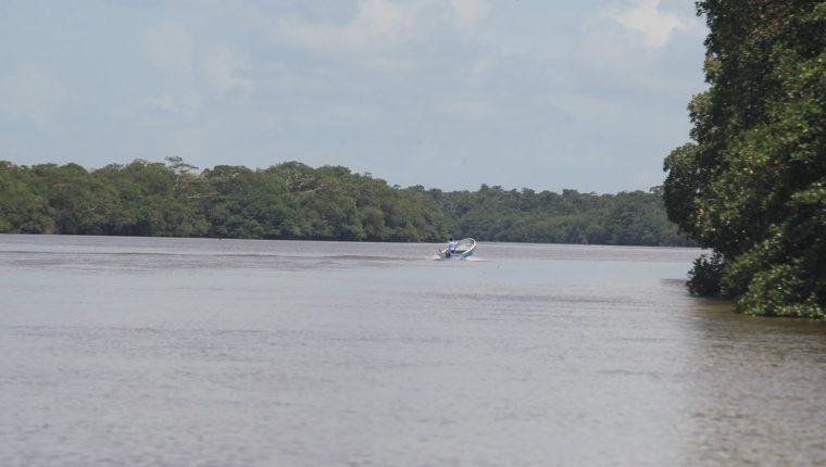 El río Sarstún es actualmente el límite entre Belice y Guatemala. En él se han dado varios conflictos entre soldados. (Foto Prensa Libre: Estuardo Paredes)