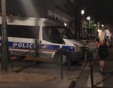 Atacante habría acuchillado a siete personas frente al cine MK2 quai de Loire de París. (Foto Prensa Libre:Remy Buisine/Twitter)