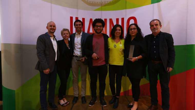 Los curadores de Juannio 2018 junto a los ganadores de este año. Dos de ellos son guatemaltecos. (Foto Prensa Libre: Anna Lucía Ibarra).