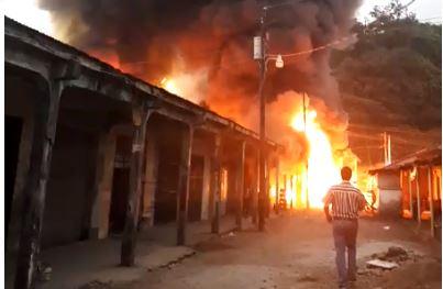 El incendio ocurrió en el mercado cantonal de Santo Tomás de Castilla, Puerto Barrios, Izabal. (Foto Prensa Libre: Cortesía)