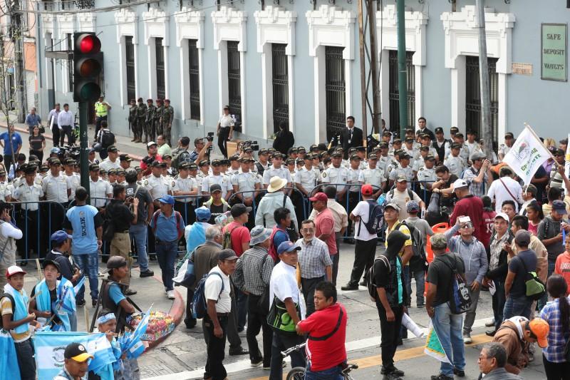 Manifestantes protestaron frente al Congreso de la República esta semana, cuestionando tanto a ese organismo como al presidente Jimmy Morales. (Foto, Prensa Libre: Hemeroteca PL).