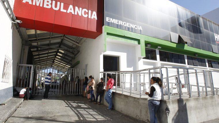 Pacientes esperan frente a la emergencia del Hospital General de Enfermedades del IGSS (Foto Prensa Libre: Archivo)