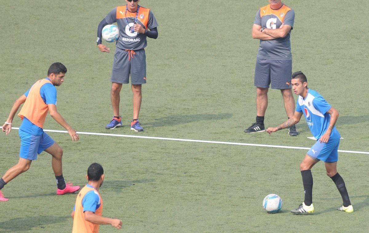 Jorge Aparicio, toca el balón durante el entrenamiento albo realizado este jueves en el estadio Cementos Progreso.(Foto Prensa Libre: Jeniffer Gómez).
