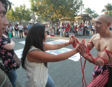 Lazos fue el primer performance que se prsentó en el Parque Central (Foto Prensa Libre: Ángel Elías)