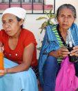 Familiares de Crisanto García esperan afuera de la morgue de Chiquimula, mientras le practican la necropsia a su pariente ultimado a balazos. (Foto Prensa Libre: Mario Morales)