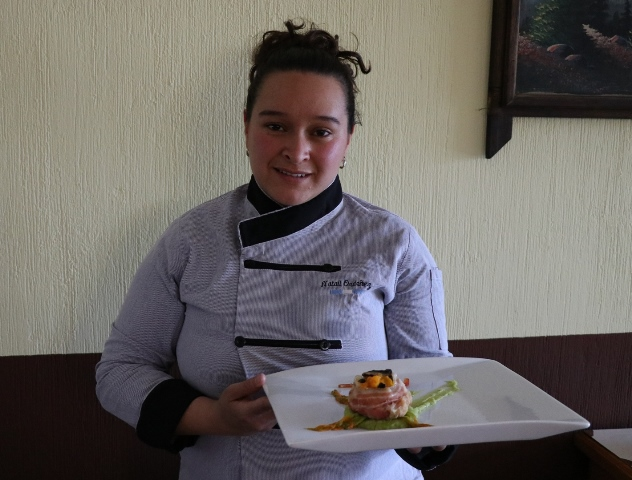 La Chef Natali Ordoñez aconseja la forma de mezclar estos deliciosos ingredientes. (Foto Prensa Libre: María José Longo)
