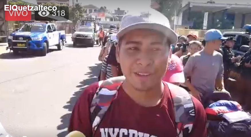 Migrantes salvadoreños, con sus documentos de identificación o de viaje en mano, intentarán ingresar a México. (Foto Prensa Libre: Mynor Toc)