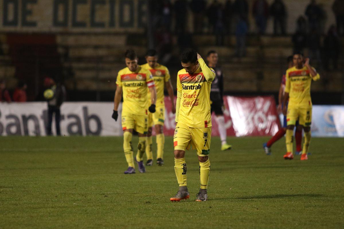 Los jugadores de Marquense lamentan el resultado frente a Xelajú MC. (Foto Prensa Libre: Raúl Juárez)