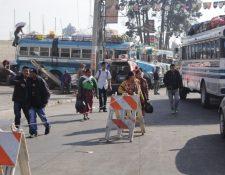Usuarios de Cabricán y Sibilia buscan algún medio de transporte que los lleve a su destino. (Foto Prensa Libre: María José Longo).