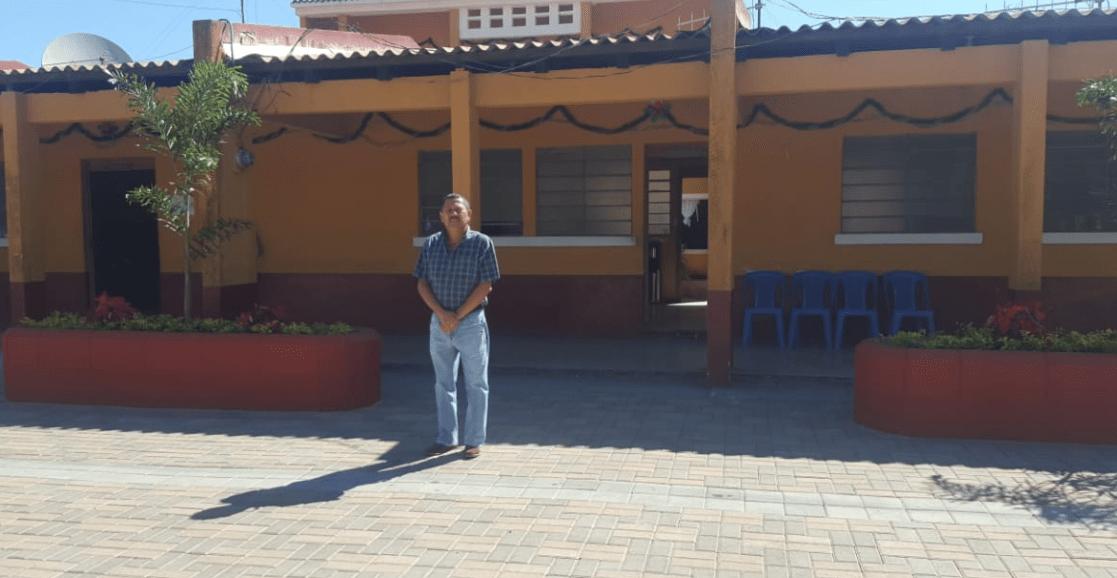 El alcalde de El Adelanto, Jutiapa, Teófilo Corado, quien sufrió el atentado, permanece frente a la comuna. (Foto Prensa Libre: Cortesía comuna de El Adelanto).