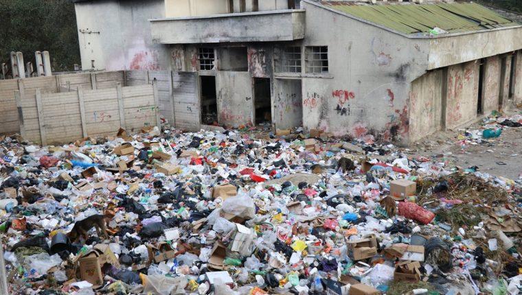La basura se acumula en un predio que quedó abandonado en lo que sería el rastro municipal de San Cristóbal Totonicapán. (Foto Prensa Libre: María José Longo)