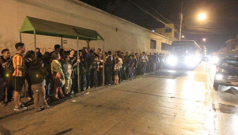 Decenas de usuarios esperan un autobús en la décima avenida de la zona 1. (Foto Prensa Libre: Carlos Hernández)