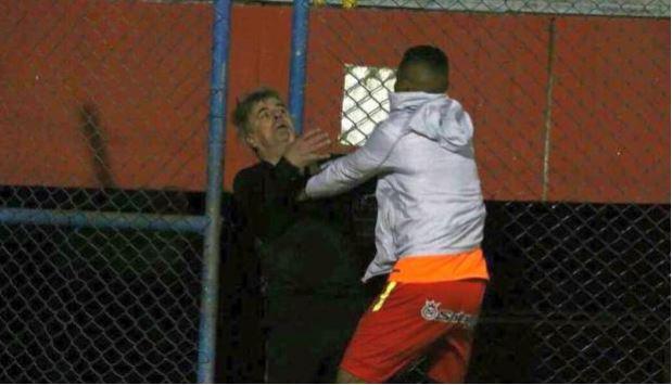 El colombiano Charles Monsalvo en el momento agrede al técnico Marcelo Grioni, del Sport Huancayo. (Foto gcguido @gcguido1)