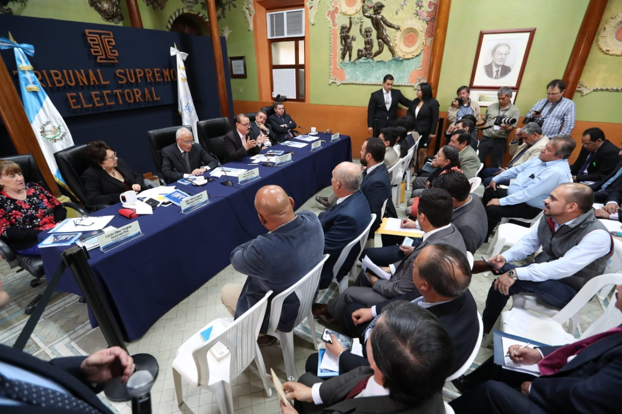 Los magistrados del TSE escuchan las quejas de los fiscales nacionales de los partidos políticos. (Foto Prensa Libre: Carlos Hernández Ovalle)