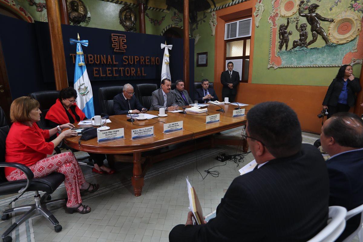 Reunión entre magistrados del TSE y secretarios generales de partidos políticos. (Foto Prensa Libre: Hemeroteca PL)