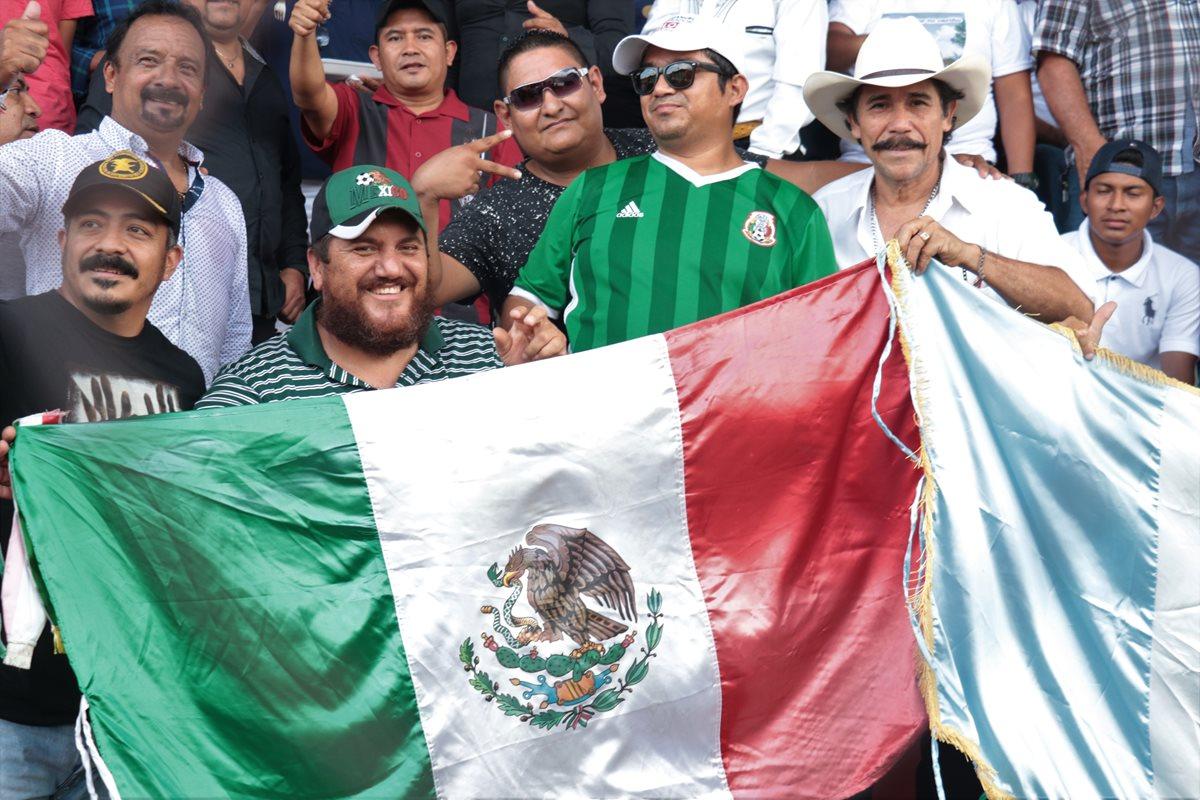 Los aficionados mexicanos apoyan a Malacateco con una bandera del país azteca. (Foto Prensa Libre: Raúl Juárez)