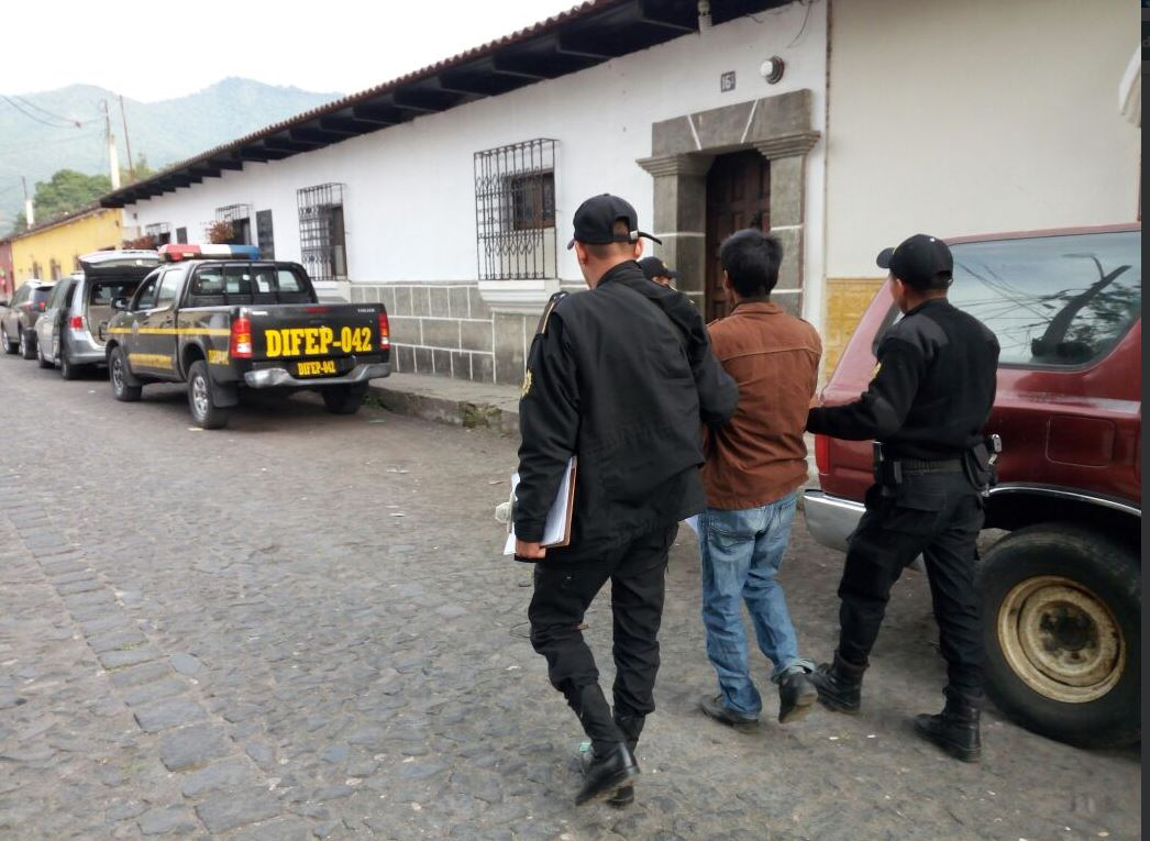 """Agentes conducen a uno de los integrantes de la banda """"Los Rejoneros"""", que operaba en Sumpango. (Foto: PNC)"""
