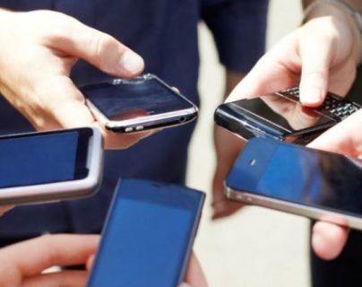 La oferta de servicios de telefonía se podría reducir de tres a dos empresas en el país. (Foto Prensa Libre: Hemeroteca)