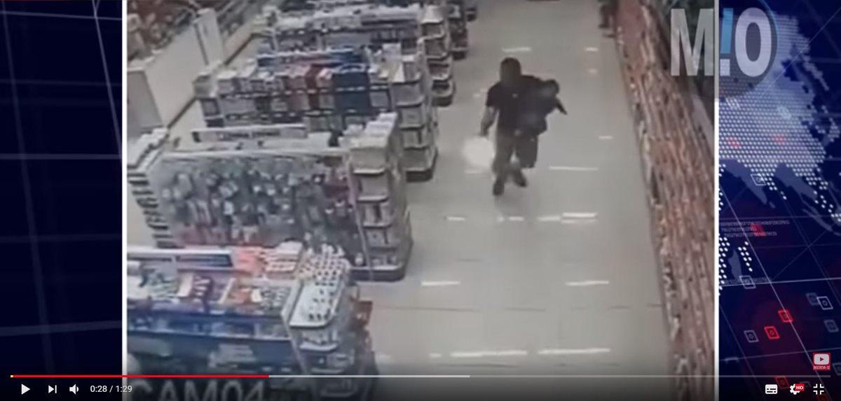 Un agente policial, con un bebé en brazos, evitó un asalto en un comercio de Sao Paulo, Brasil. (Foto Prensa Libre: Youtube Central M.O.)