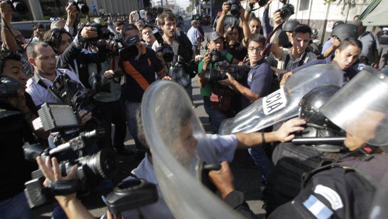 Antimotines evitaban que periodistas se acercaran a Roxana Baldetti cuando en 2015 fue ligada a proceso en el caso La Línea.(Foto Prensa Libre: Hemeroteca PL)