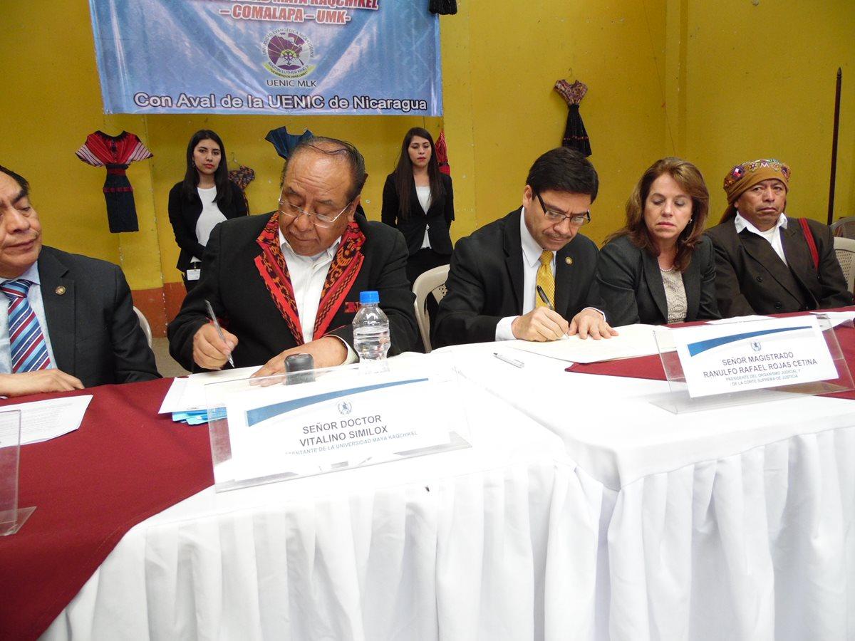 Autoridades firman acuerdos en temas de justicia, en Chimaltenango. (Foto Prensa Libre: José Rosales)