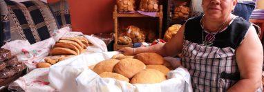 Miriam Mérida muestra el pan que elabora y comercializa para Semana Santa. (Foto Prensa Libre: Whitmer Barrera)