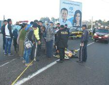 Socorristas resguardan el área donde yace Sula Alquijay, quien cayó accidentalmente de un autobús. (Foto Prensa Libre: Renato Melgar).