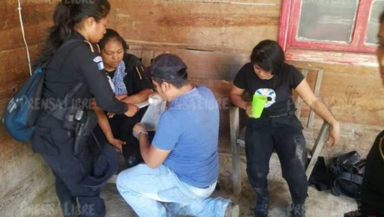 Varias agentes resultaron lesionadas cuando pobladores inconformes con hidroeléctrica las lanzaron a un barranco. (Foto Prensa Libre: Eduardo Sam).