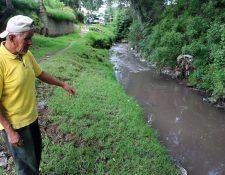 Vecinos muestra el agua contaminada que genera malos olores en Xela. (Foto Prensa Libre: Carlos Ventura).