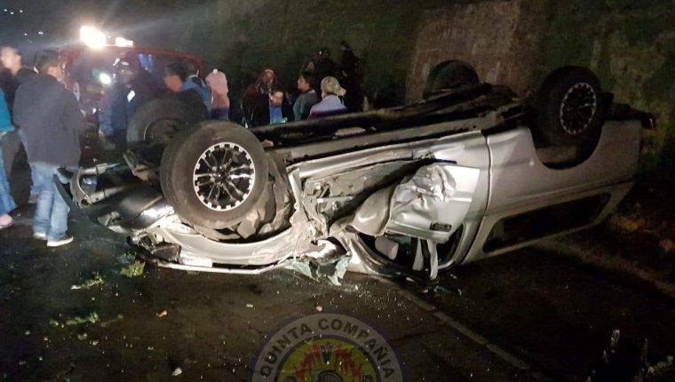En la autopista Los Altos un vehículo quedó volcado luego de impactar con otro. En el hecho resultaron heridas tres personas que fueron trasladadas por socorristas. (Foto Prensa Libre: Cortesía)