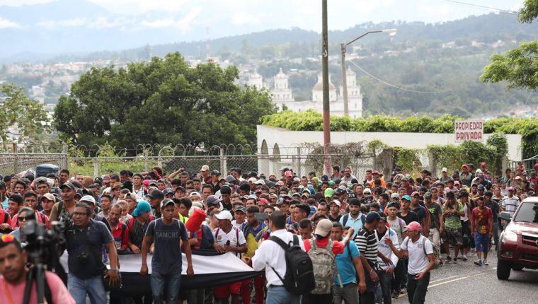 Migrantes hondureños en una de las caravanas que pasaron por Esquiopulas, Chiquimula, que se convierte en la primera parada del largo viaje. (Foto Prensa Libre: Hemeroteca PL)