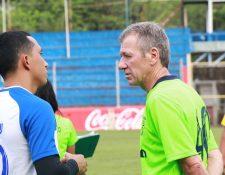 El técnico uruguayo Eduardo Méndez conversa con Wilfred Velásquez antes del entrenamiento de Suchitepéquez. (Foto Prensa Libre: Cristian Soto)