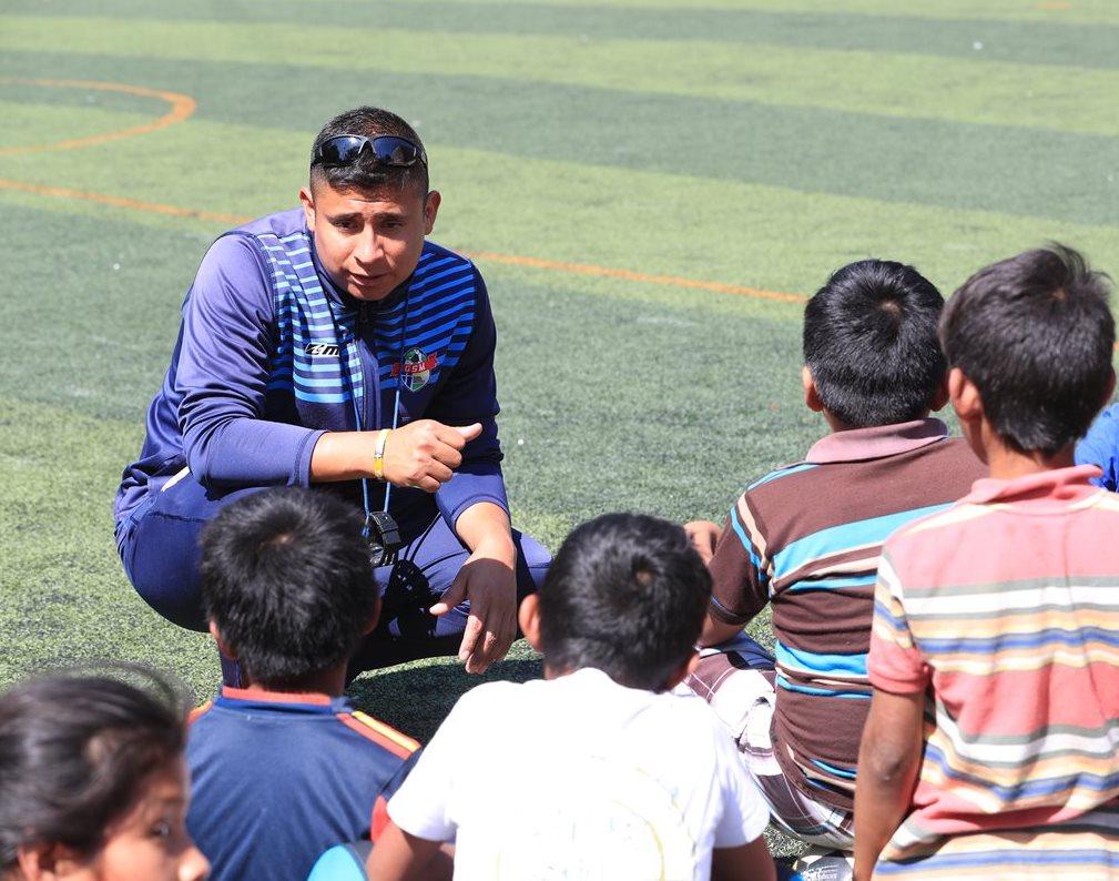Ottoniel Laines tiene seis años de trabajar como entrenador en la academia de futbol Brio, en la zona 18 de la capital. (Foto Prensa Libre: Estuardo Paredes)