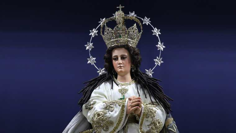 La imagen original era de bulto redondo pero fue modificada para vestirla con ropas finas. (Foto Prensa Libre: Julio Sicán)