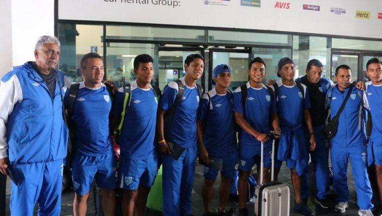 La selección Sub 19 de Guatemala posa a las afueras del aeropuerto La Aurora, tras retornar de Honduras. (Foto Cortesía Fedefut).