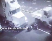 Cámaras de seguridad captaron cuando un tráiler pasó por encima de un motorista en la calzada Roosevelt, quien resultó con heridas leves. (foto Prensa Libre: Twitter Amílcar Montejo)