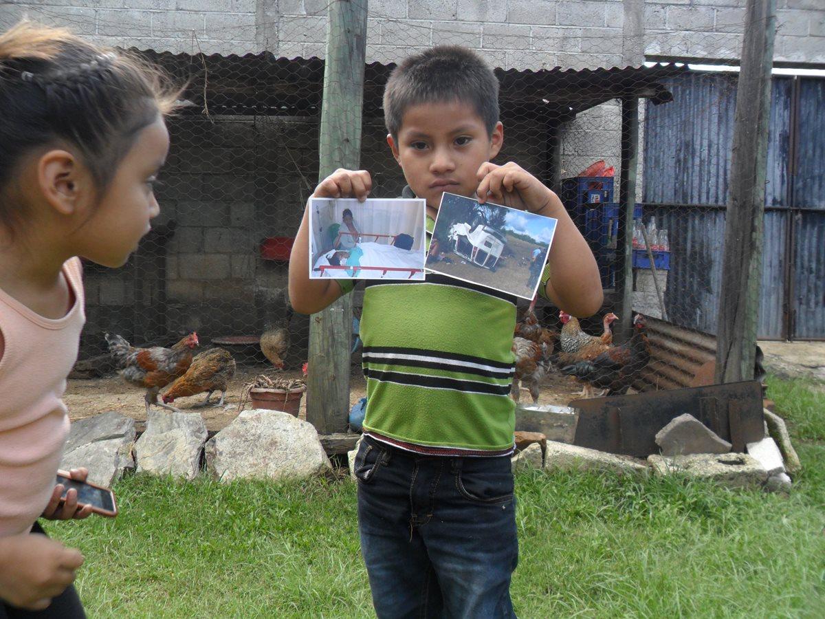 Crístofer, hijo de Elsa Socoy, muestra con tristeza las fotos de su madre postrada en un hospital y del vehículo en el que viajaba. (Foto Prensa Libre: Cortesía)