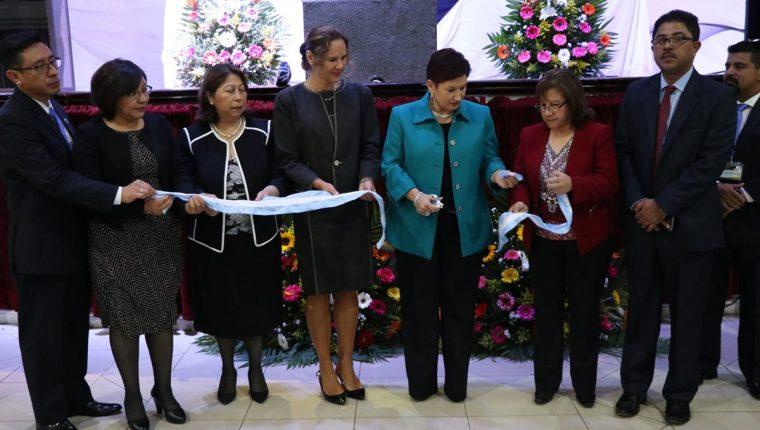 La fiscal general Thelma Aldana corta la cinta para la inauguración de la Fiscalía Regional contra la trata de Personas, en Quetzaltenango. (Foto Prensa Libre: María José Longo)