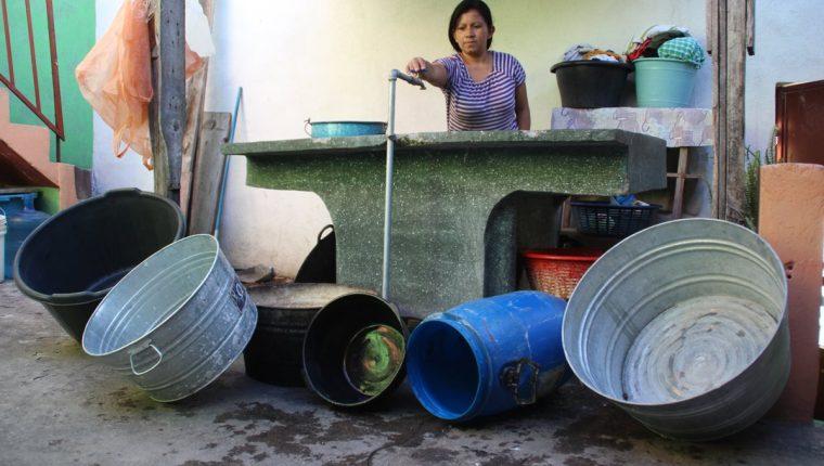 Las calles de Xela se inundan cada vez que llueve, y los Cocodes no gestionan proyectos para evitarlo.(Foto Prensa Libre: Mike Castillo).